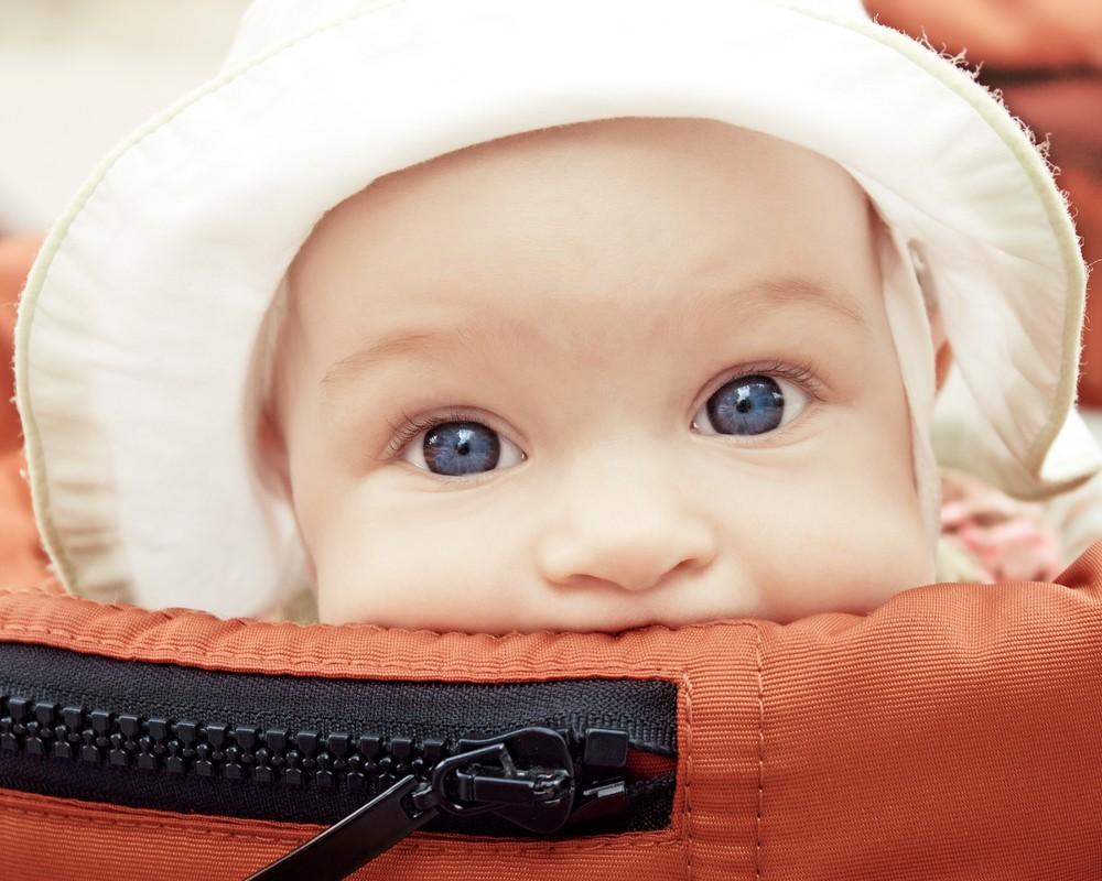 Partir en vacances avec la poussette ou le porte bébé ?