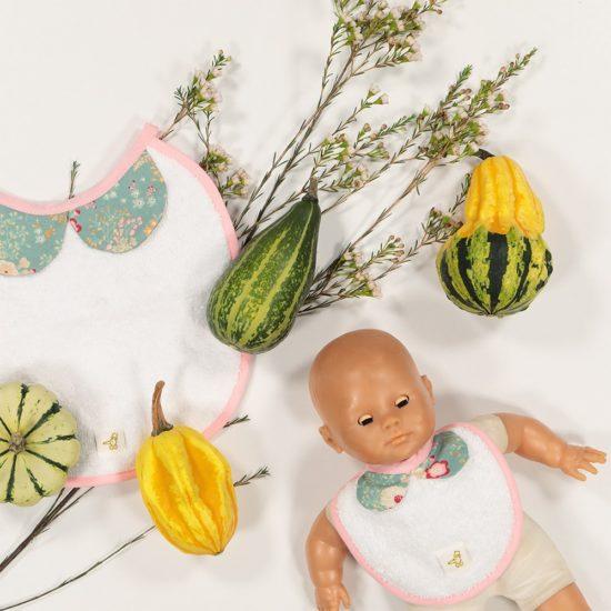 une parfaite réplique du bavoir à col de bébé.