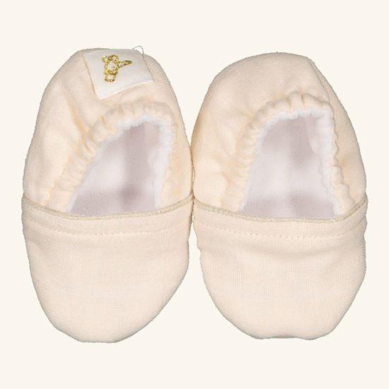 Des petits chaussons souples tous beaux à l'extérieur et tous doux à l'intérieur pour des petits petons bien au chaud. La semelle est en simili cuir grainé ce qui la rend antidérapante ! Tour de cheville élastiqué.