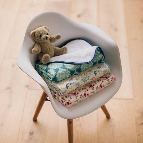 permettant de couvrir bébé dans son lit ou lors d'un voyage en voiture
