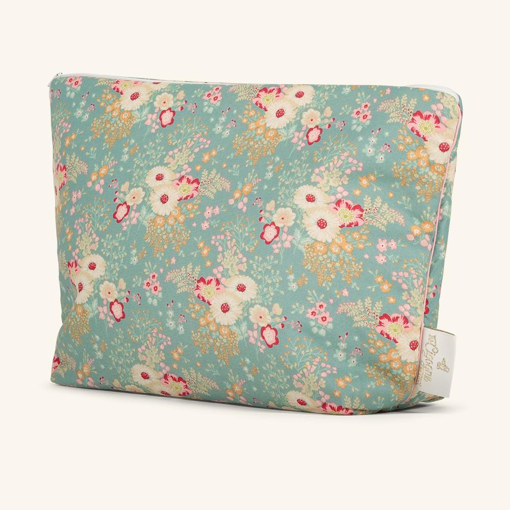 Une maxi trousse souple et moelleuse dans laquelle vous pourrez transporter le nécessaire pour bébé pour partir en voyage.