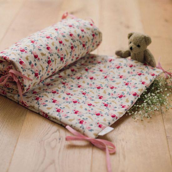 Un tour de lit qui rassura bébé pendant la nuit et apportera une touche colorée à la chambre !